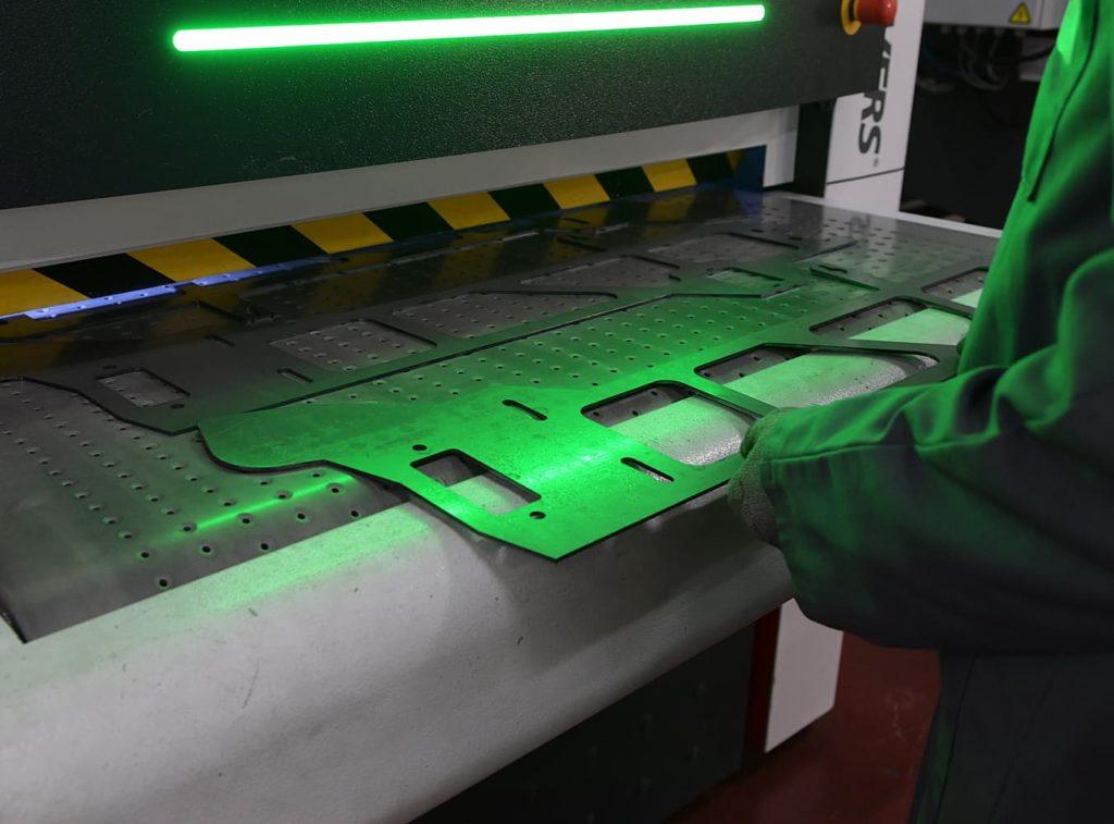 ébavurage et finition automatiques par machine à brosses rotatives - Conorm